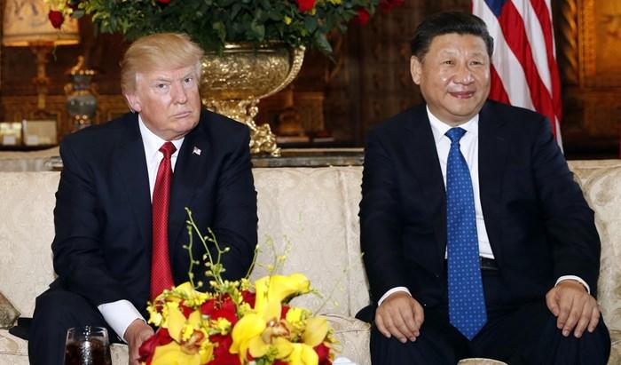 الرئيسان الأميركي دونالد ترامب والرئيس الصيني شي جيبينغ خلال أول لقاء بينهما في محاولة لتنظيم الخلافات بين البلدين