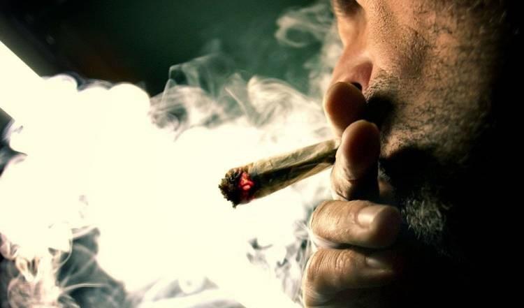 """دراسة: الأطفال الذين يدخن ذويهم """"الماريغوانا"""" عرضة للإدمان وتعاطي المخدرات"""