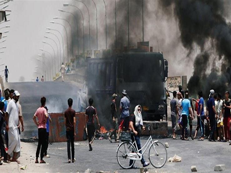تظاهرات عنيفة وإحراق مراكز حكومية وإصابة عناصر أمنية عراقية بقنبلة يدوية