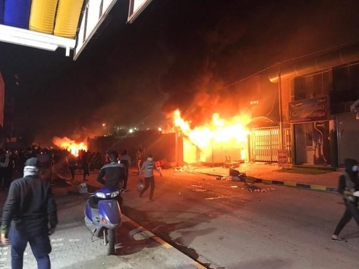 احراق مبنى القنصلية الإيرانية في النجف