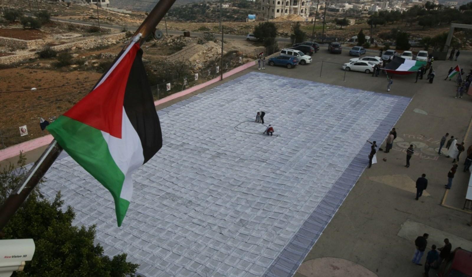الخليل تحتضن أكبر كوفية فلسطينية في العالم