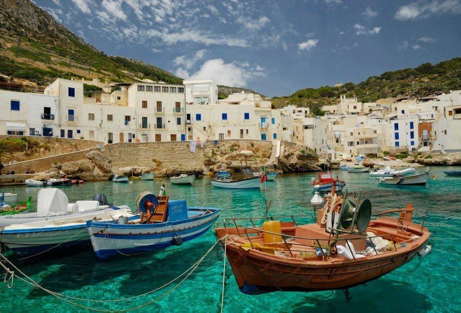 جزيرة ساحرة في المتوسط: إدفع يورو وخُذ بيتاً!