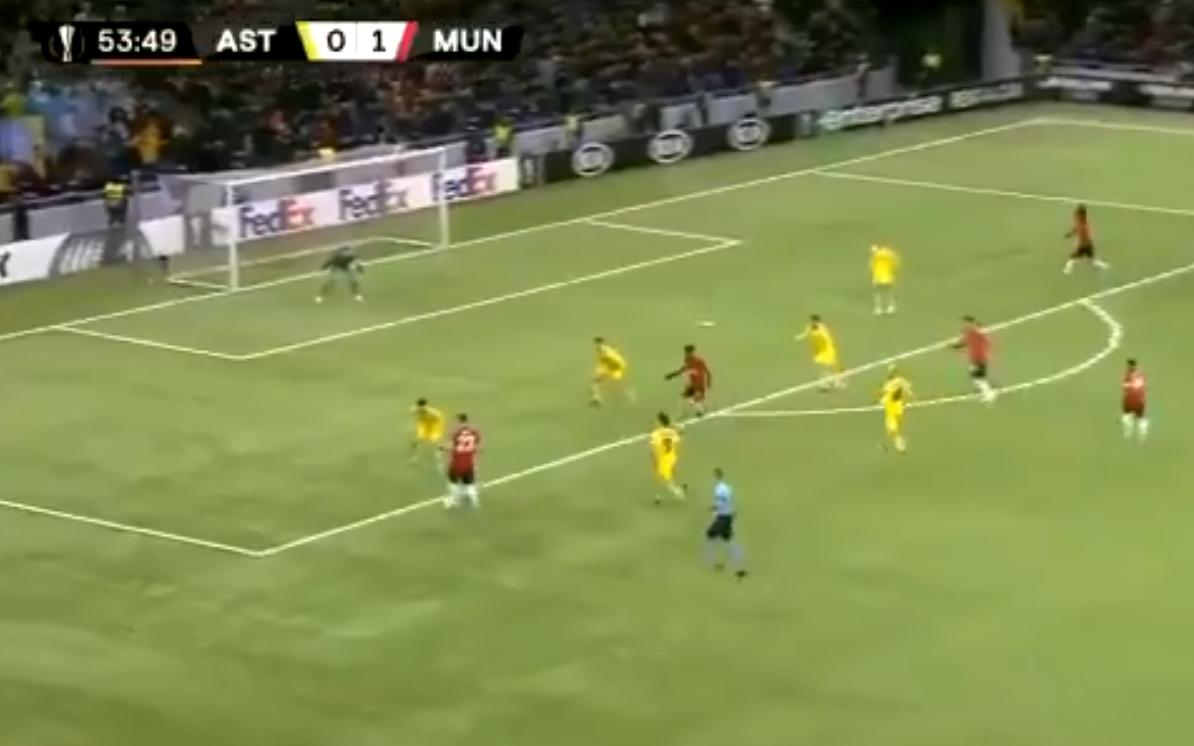 لاعب يونايتد الموهوب يهدر هدفاً بغرابة! (فيديو)