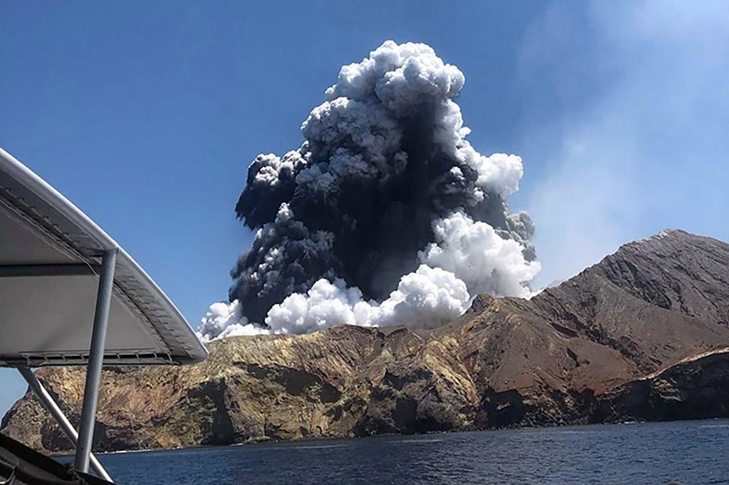 8 قتلى على الأقل في ثوران بركان شمال نيوزيلندا