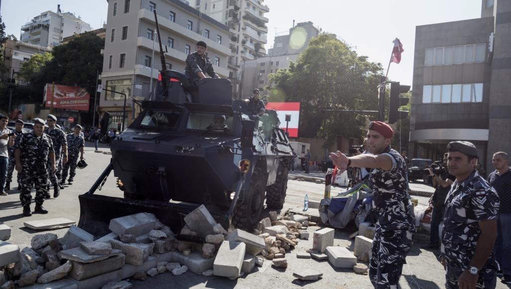 الجيش اللبناني يعيد فتح معظم الطرق التي أغلقها المحتجون اليوم