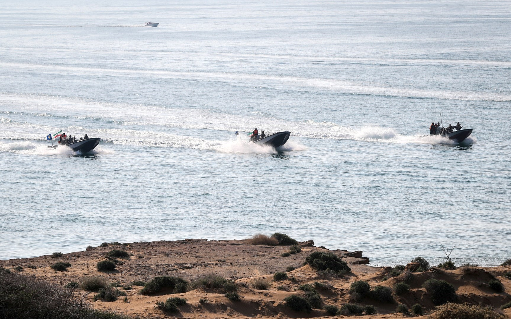 انطلاق مناورات بحرية إيرانية روسية صينية في شمال المحيط الهندي