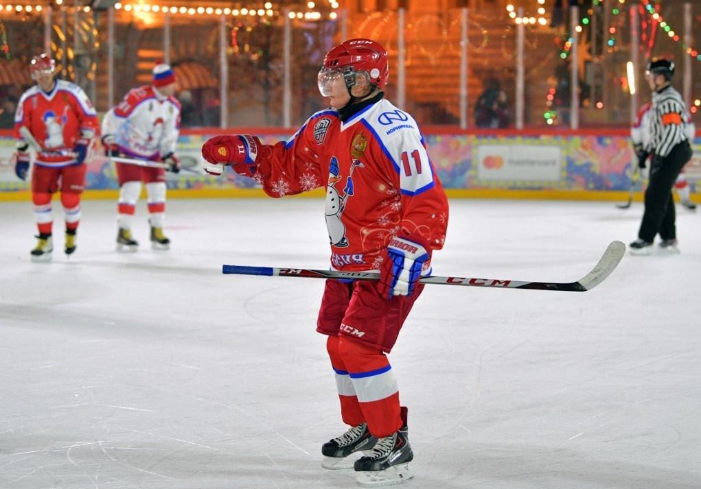 بوتين يشارك في مباراة للهوكي على الجليد (فيديو)