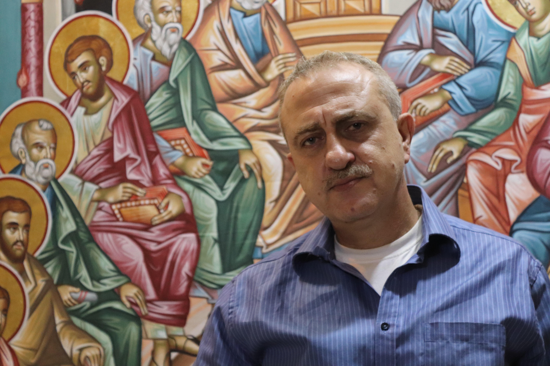 """أيمن بيطار.. """"عاشق القديسين"""" يعيد الحياة إلى كنائس سوريا"""