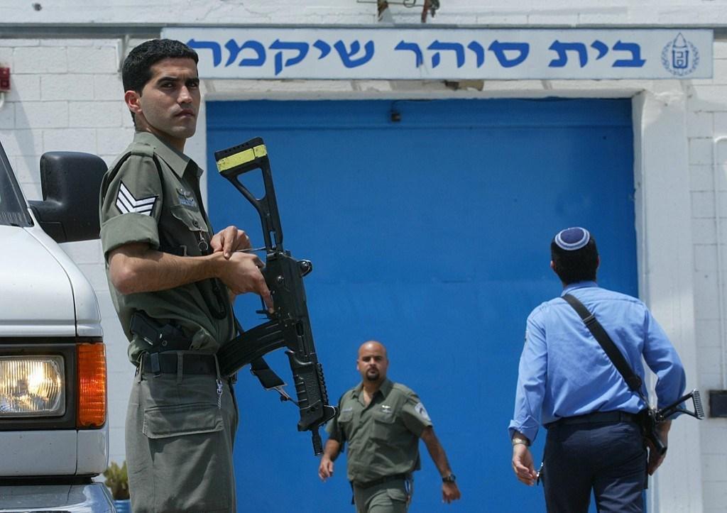 الأسرى في سجن عسقلان الإسرائيلي يبدأون اليوم إضرابهم المفتوح عن الطعام