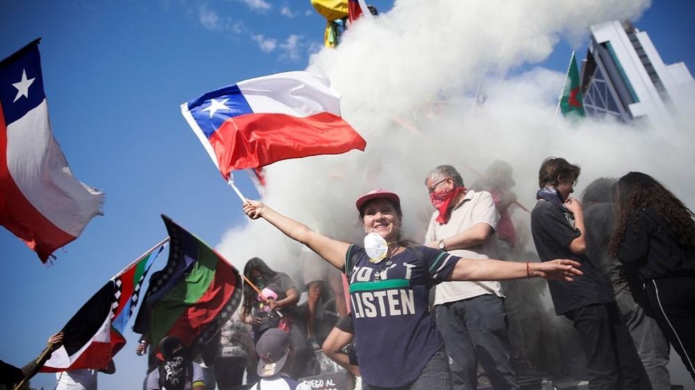 التشيليون يتظاهرون في سانتياغو وسط صدامات مع الشرطة