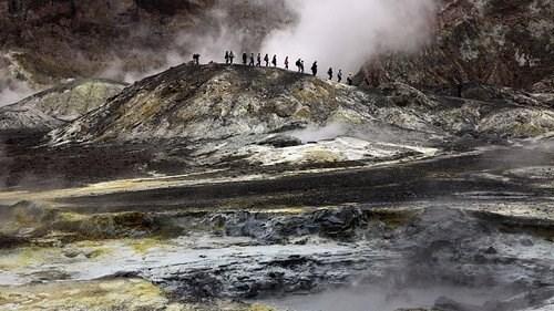 مقتل شخص بثوران بركان في نيوزيلندا