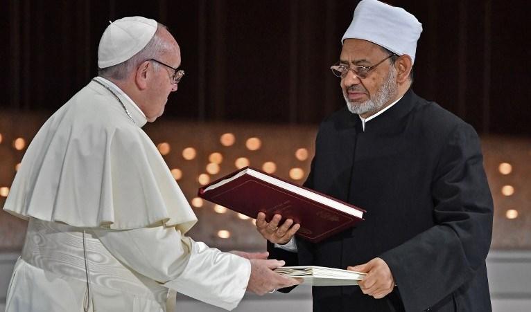 البابا فرنسيس وشيخ الأزهر يوقّعان في الإمارات وثيقةً تدعو إلى مكافحة التطرف