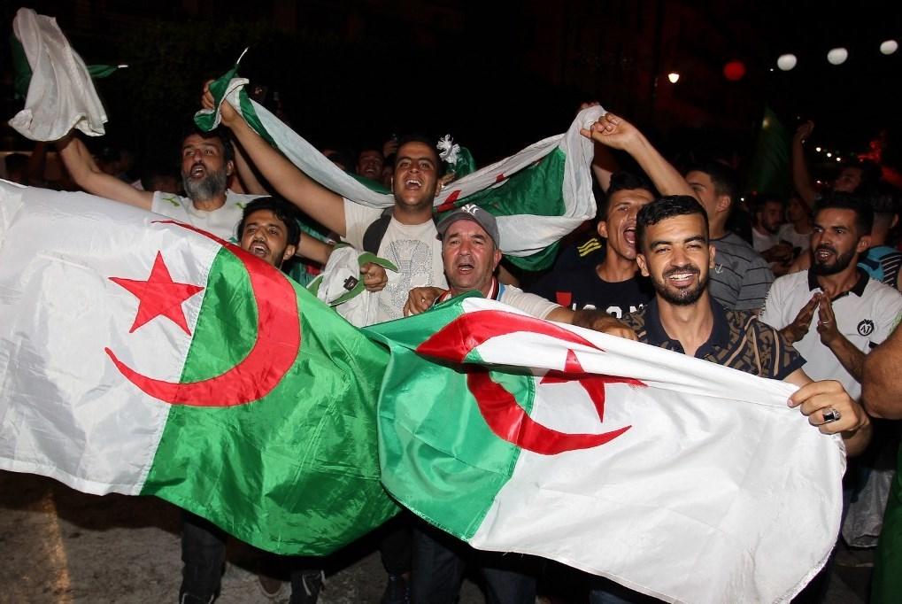 الاحتفالات تعمّ الجزائر: إنتصرنا