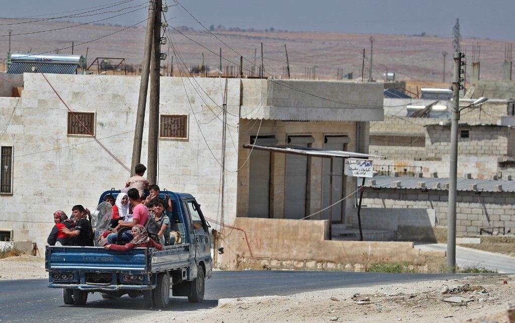 خروج مدنيين من أهالي إدلب عبر ممر الحاضر في ريف حلب الجنوبي