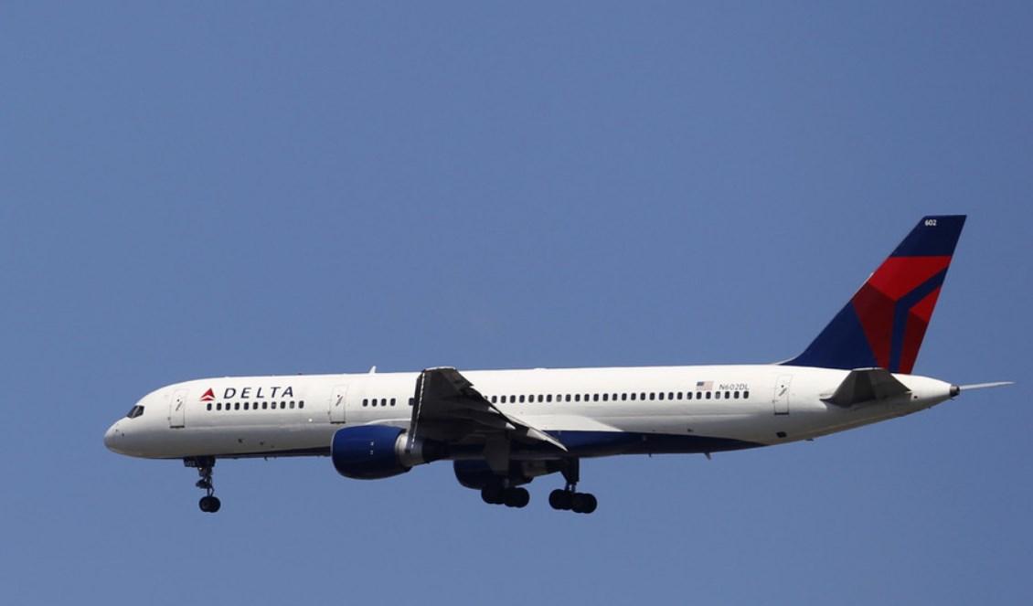 طائرة ركاب تفرغ وقودها فوق مدرسة في كاليفورنيا !!