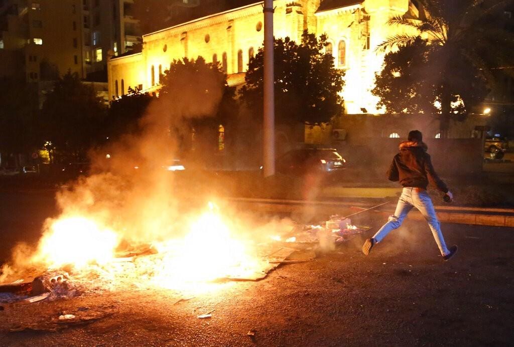 ليلة ثانية من الاشتباكات بين القوى الأمنية والمتظاهرين في بيروت
