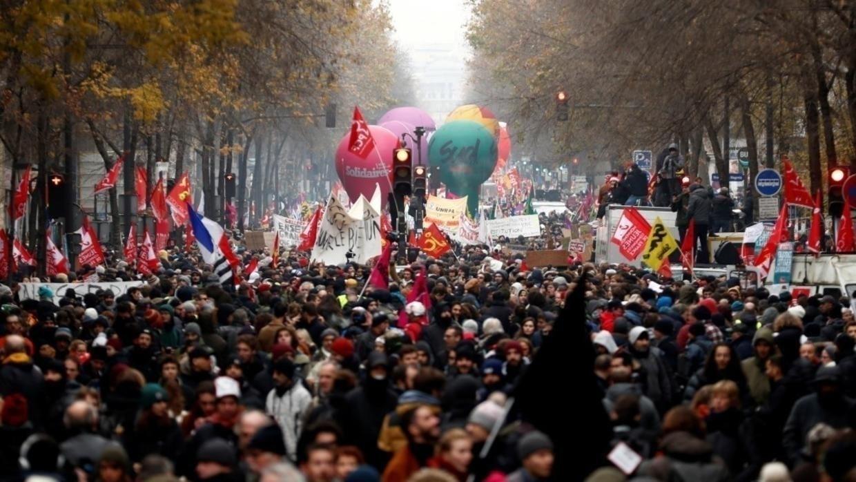"""""""مصممون"""" على المتابعة.. عشرات آلاف المتظاهرين في فرنسا"""