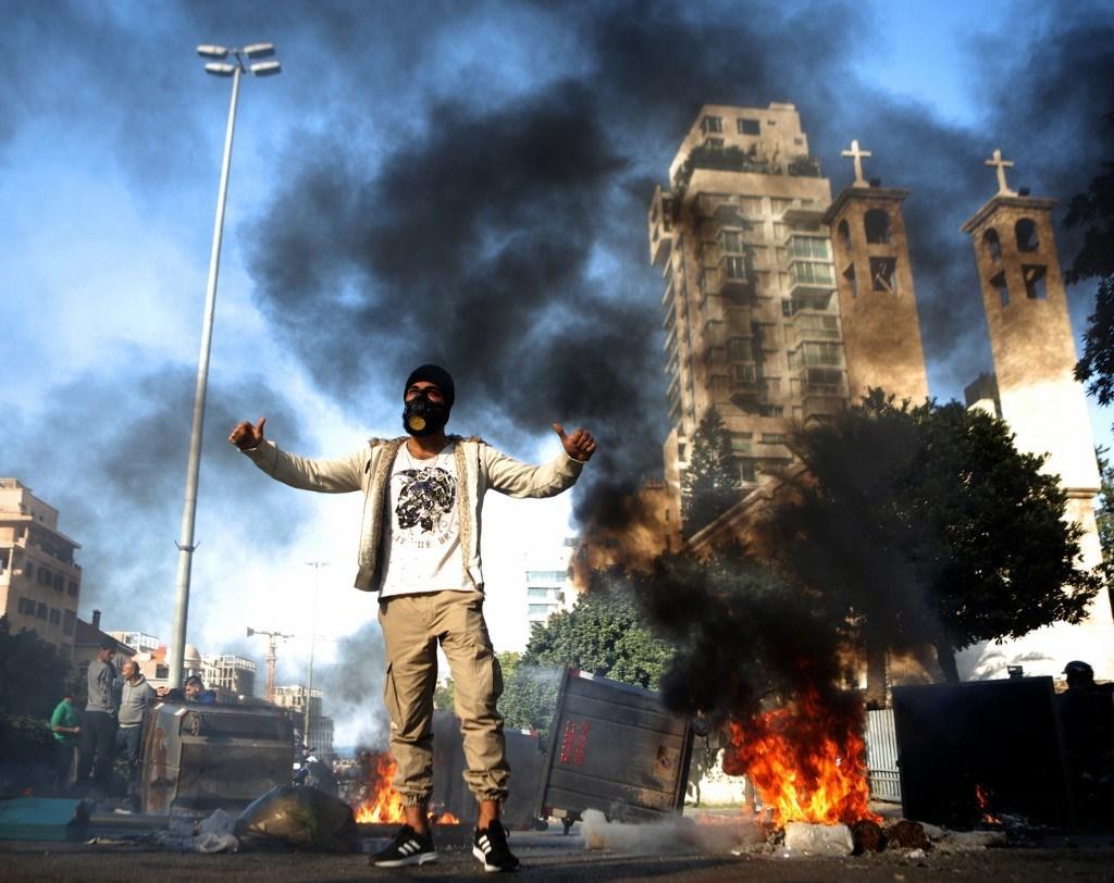 محتجّون على تأليف الحكومة يقطعون الطرق في عدد من المناطق اللبنانية
