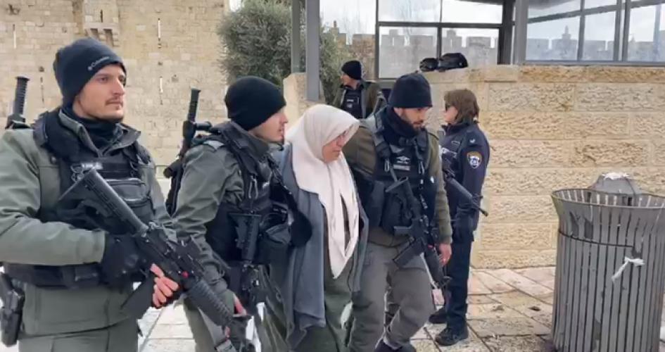 """بعد الاعتداء عليها .. الاحتلال يعتقل سيدة مسنّة في """"باب العامود"""""""