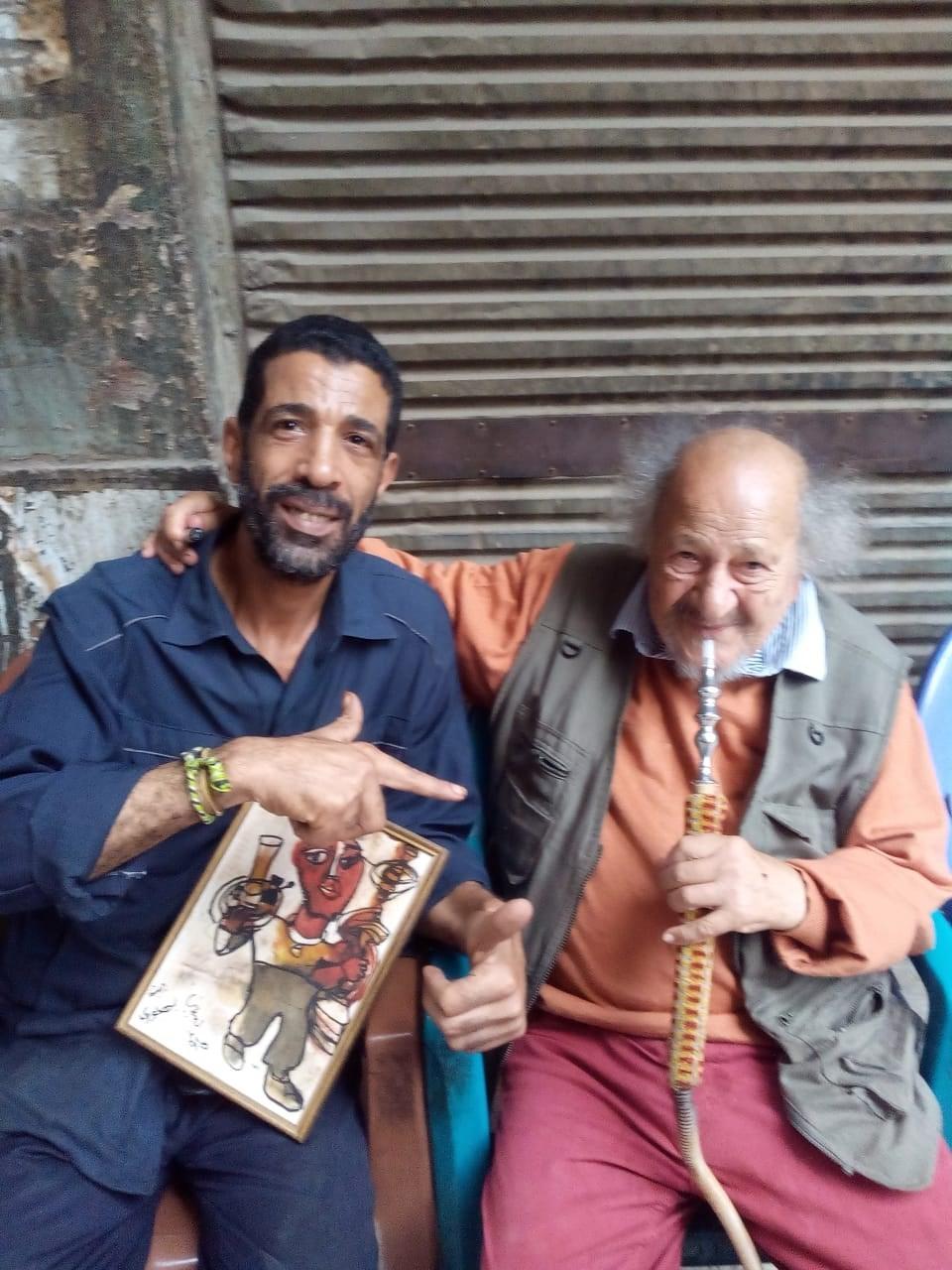 جورج البهجوري.. فنان عالمي يهدي لوحاته لمقاهي القاهرة