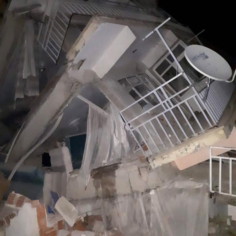 قتلى وجرحى في زلزال يضرب تركيا بقوة 6.8 درجات
