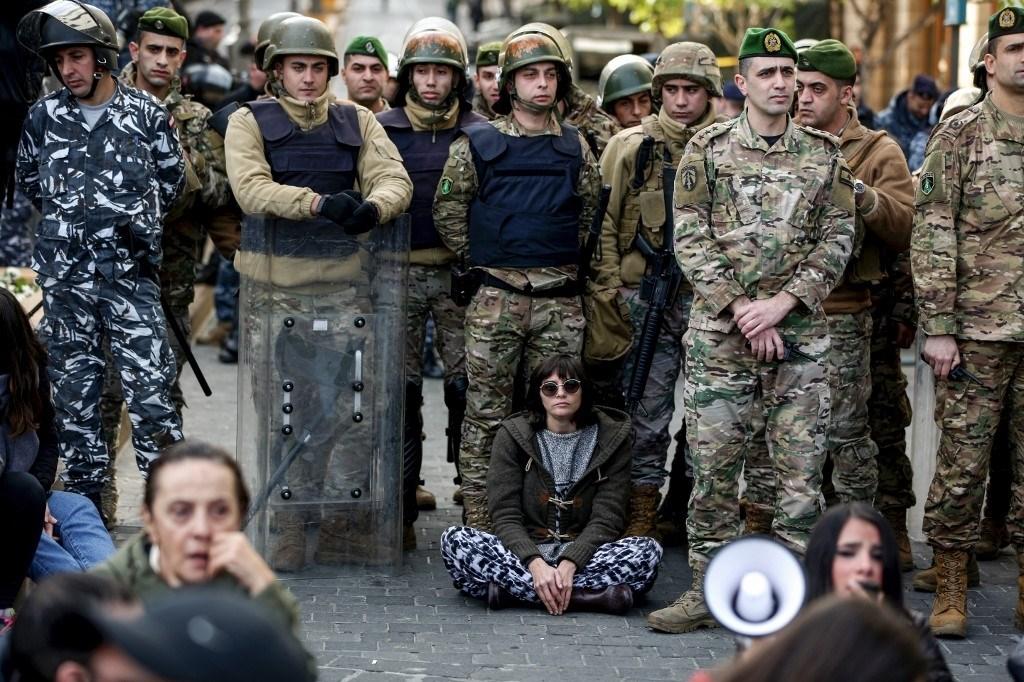 مناوشات بين القوى الأمنية اللبنانية ومحتجين حاولوا قطع طرقات في محيط مجلس النواب
