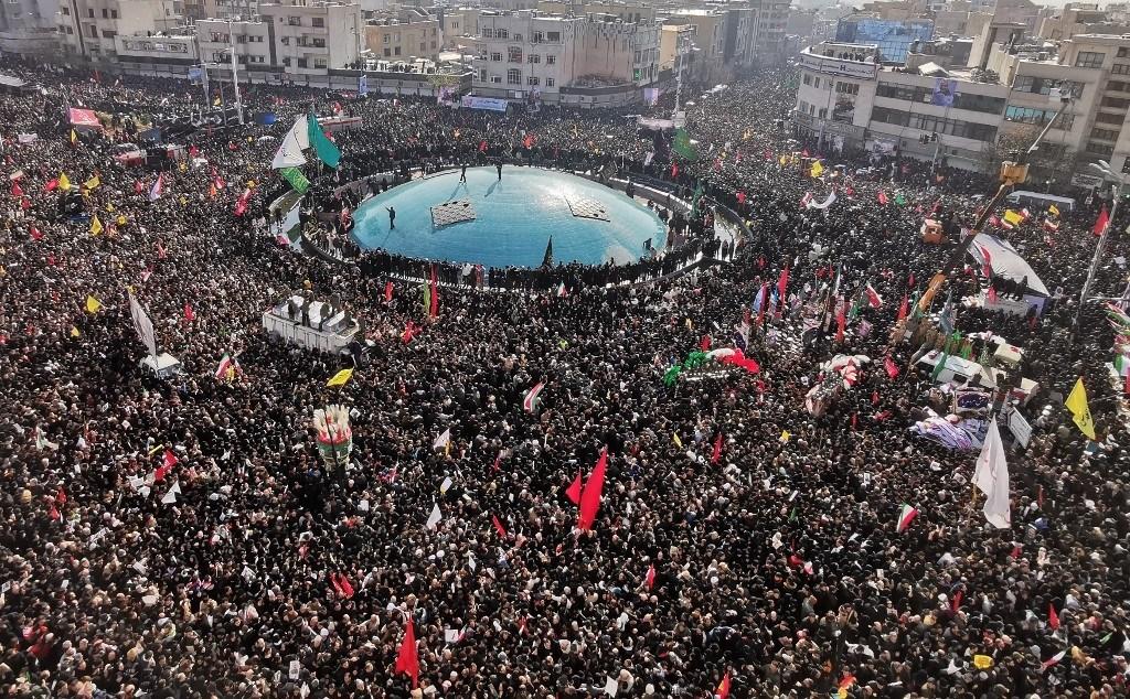 تشييع مليوني تاريخي لجثامين الشهداء في طهران وخامنئي يصلي عليهم