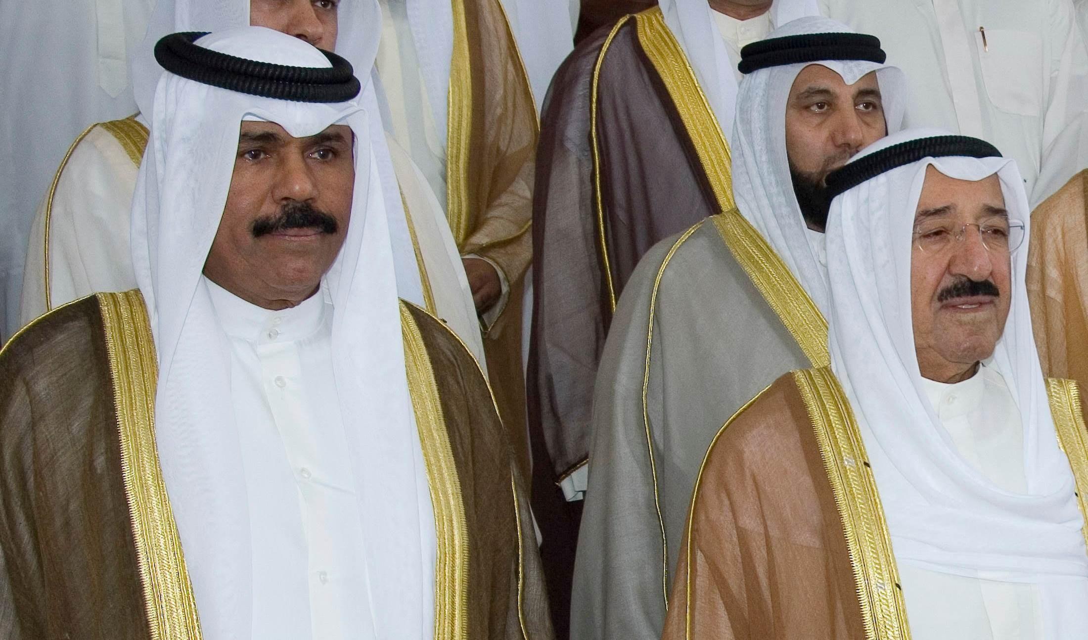 الشيخ نواف الأحمد الجابر (من اليسار) إلى جانب الأمير الراحل الشيخ صباح الأحمد الجابر الصباح في صورة من الأرشيف.إسرائيل