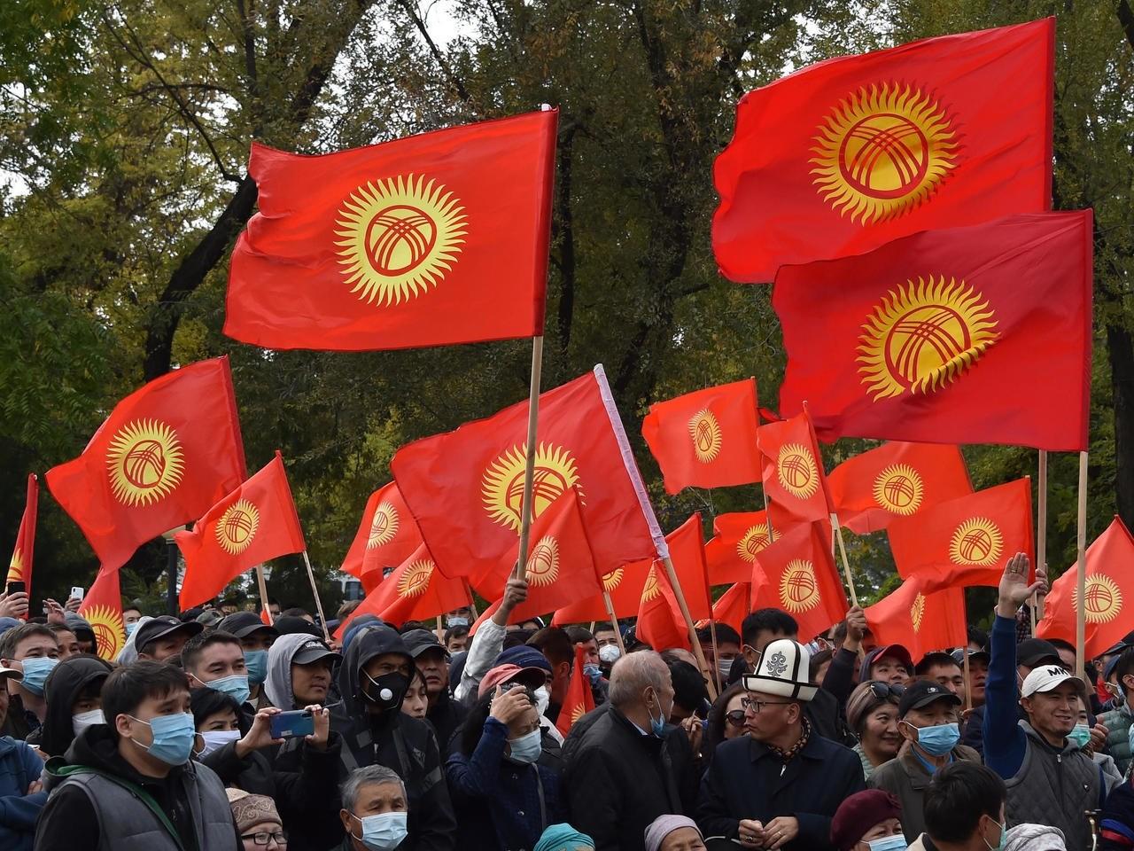 يعقد برلمان قرغيزستان اجتماعه في القصر الرئاسي بعدما تعرض مقره للنهب من قبل محتجين