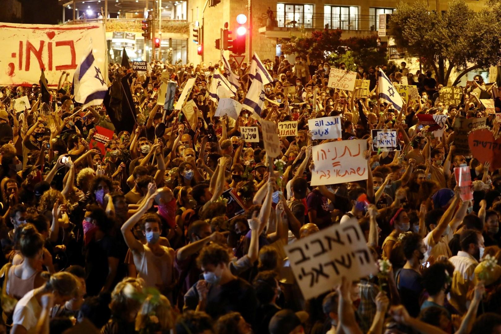 وسائل إعلام إسرائيلية: عشرات الآلاف تظاهروا في مختلف الأماكن في البلاد مطالبين نتنياهو بالاستقالة