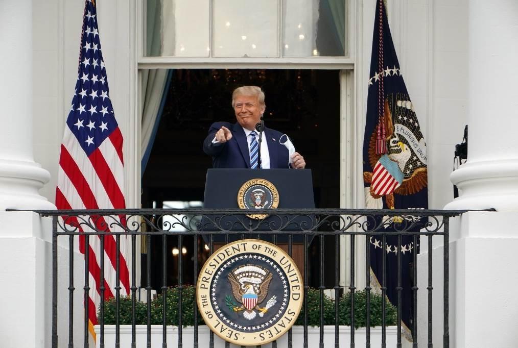 ترامب في أول خطاب له في البيت الأبيض بعد إصابته بفيروس كورونا (أ ف ب)