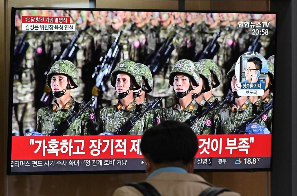 رجل يشاهد بثاً لعرض عسكري لإحياء الذكرى الـ 75 لحزب العمال في كوريا الشمالية (أ ف ب).