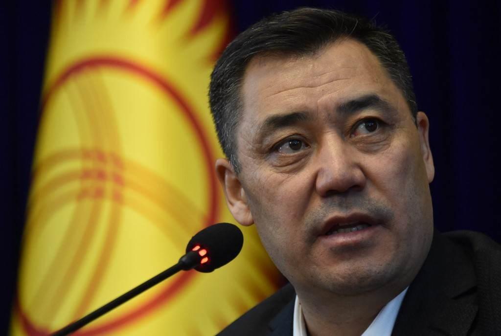 رئيس وزراء قيرغيزستان بالإنابة صدير جاباروف يعقد مؤتمراً صحفياً في بيشكيك (أ ف ب).
