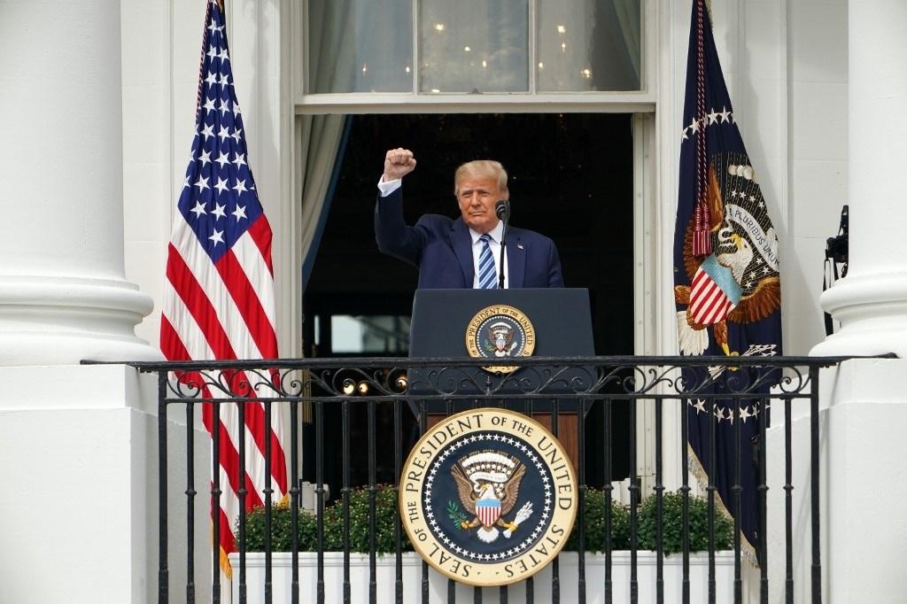 الرئيس الأمريكي دونالد ترامب يحيي مؤيديه بعد كلمة له في البيت الأبيض  - 10 أكتوبر 2020 (أ.ف.ب)