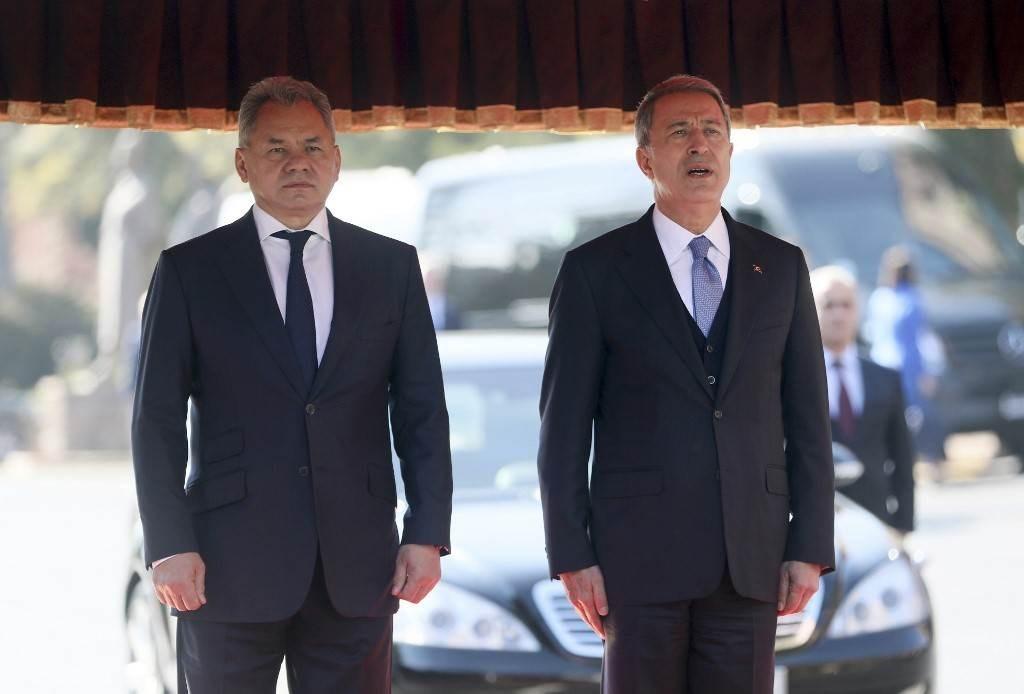 وزير الدفاع الروسي سيرجي شويغو مع نظيره التركي خلوصي أكار في أنقرة - نوفمبر 2020 (أ.ف.ب)
