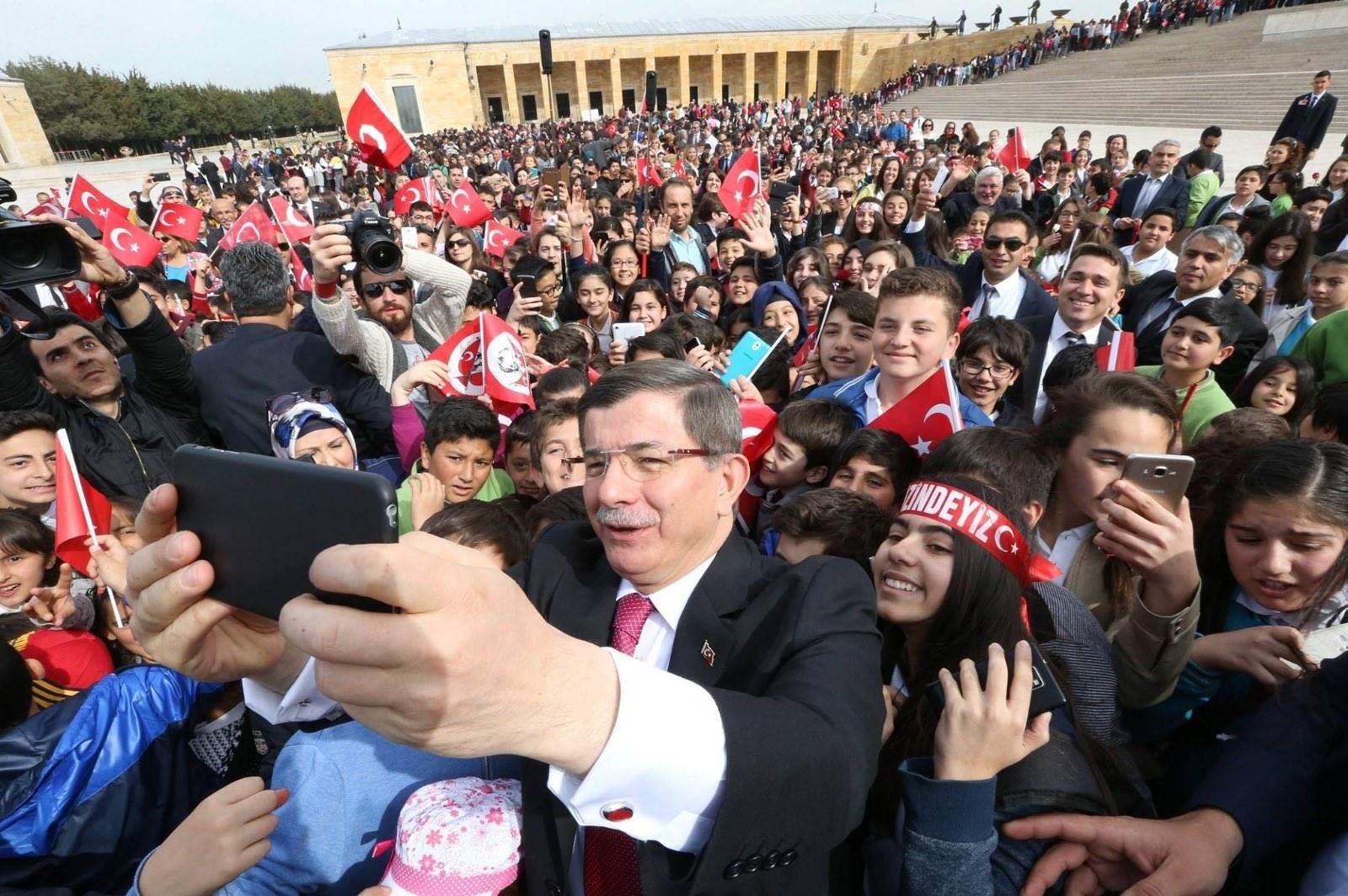 أوغلو مع أنصاره خلال مؤتمر حزبه - 11 أكتوبر 2020