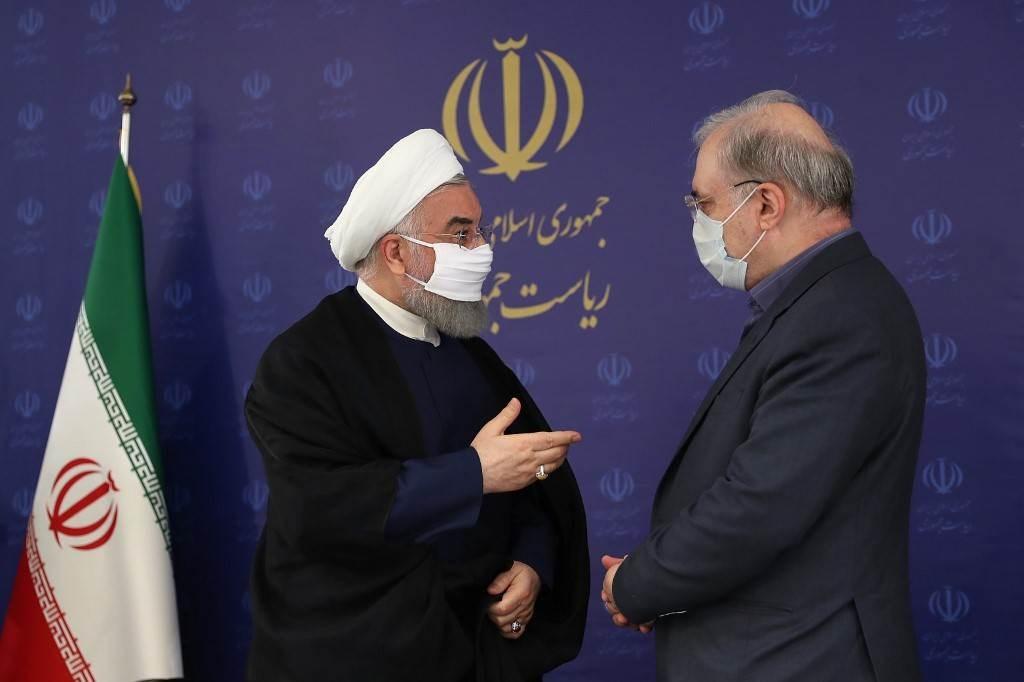 الرئيس الإيراني حسن روحاني ووزير الصحة سعيد نمكي خلال جلسة للحكومة في طهران - يوليو 2020 (أ.ف.ب)