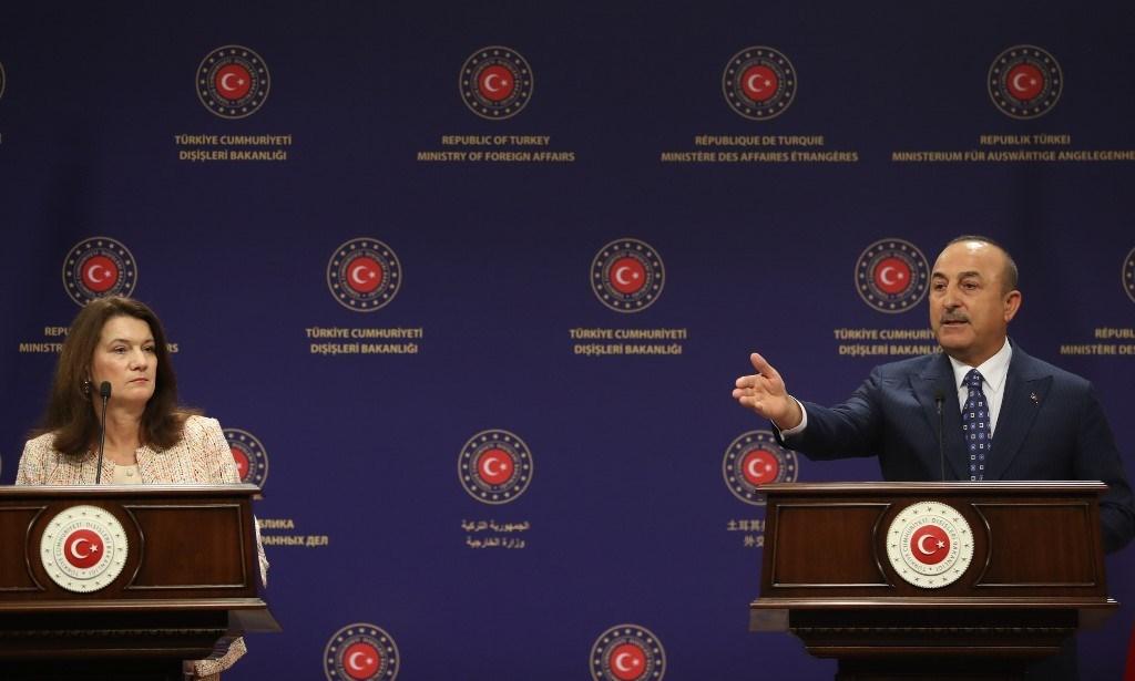 أوغلو ووزيرة الخارجية السويدية يعقدان مؤتمراً صحفياً بعد اجتماعهما في أنقرة (أ ف ب).