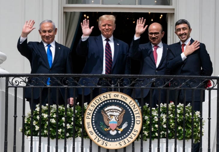 نتنياهو وترامب ووزير خارجية البحرين خالد بن أحمد آل خليفة ووزير الخارجية الإماراتي عبد الله بن زايد آل نهيان على شرفة الغرفة الزرقاء في البيت الأبيض في واشنطن في 15 أيلول/ سبتمبر 2020