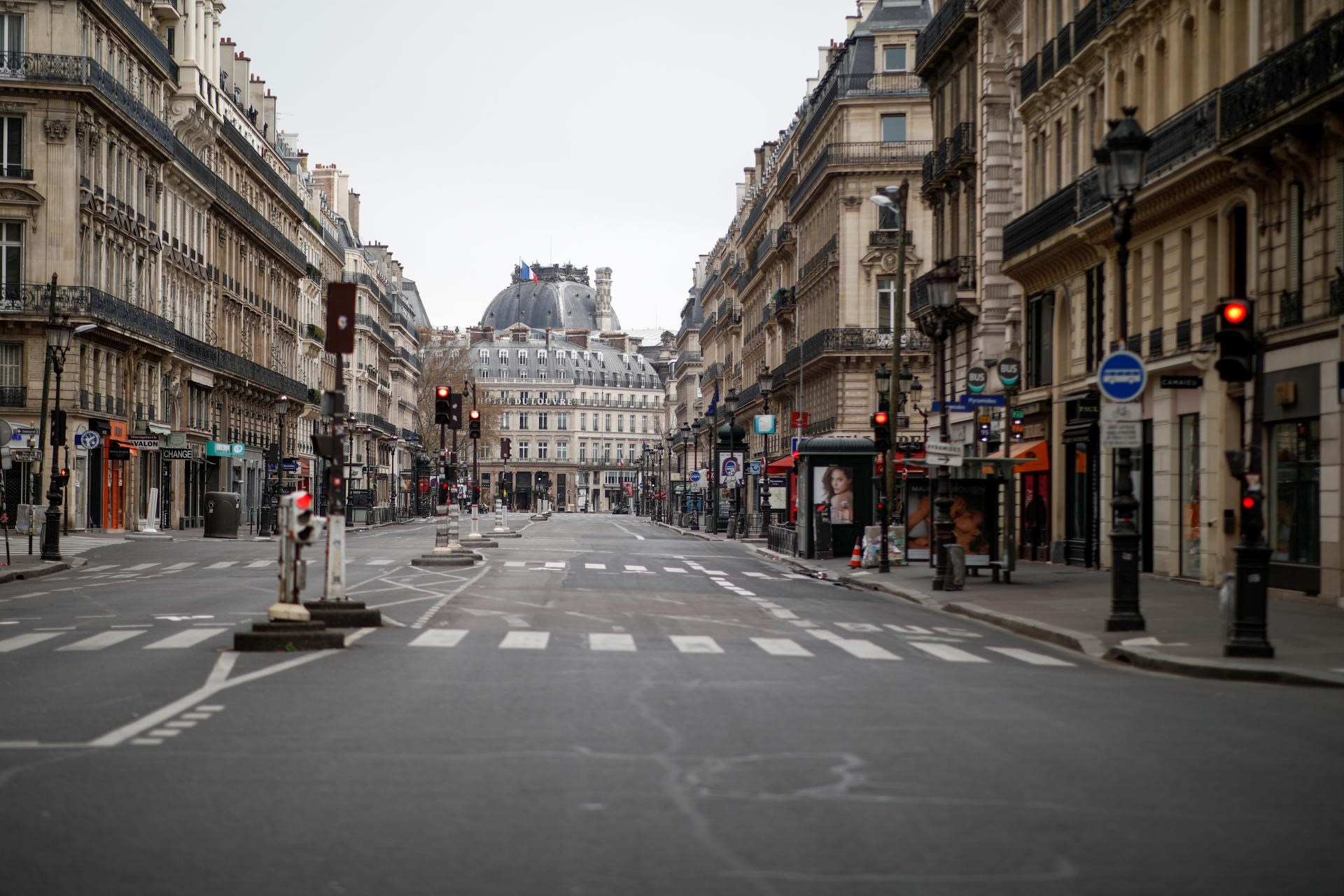 باريس وضواحيها و8 مدن كبرى تستعد لحظر تجول يبدأ منتصف هذه الليلة