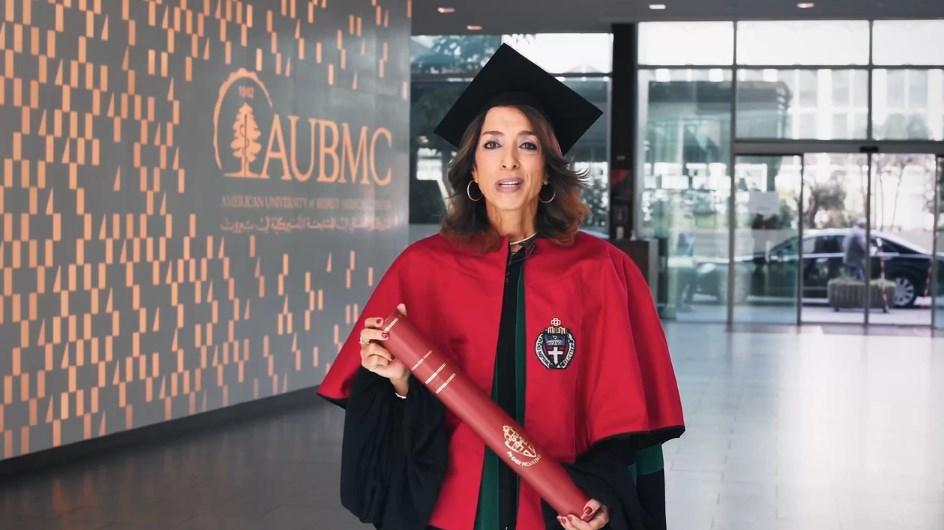 الطبيبة سهى كنج خلال كلمة ألقتها في الحفل الذي أقامته الجامعة افتراضياً لتسليمها الجائزة