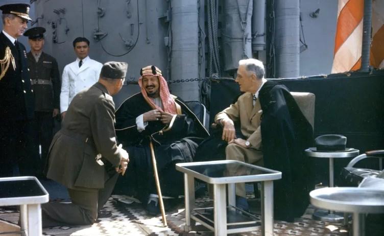 الملك عبد العزيز بن سعود يلتقي بالرئيس فرانكلين روزفلت على متن السفينة يو إس إس كوينسي، مصر في 14 شباط/ فبراير 1945
