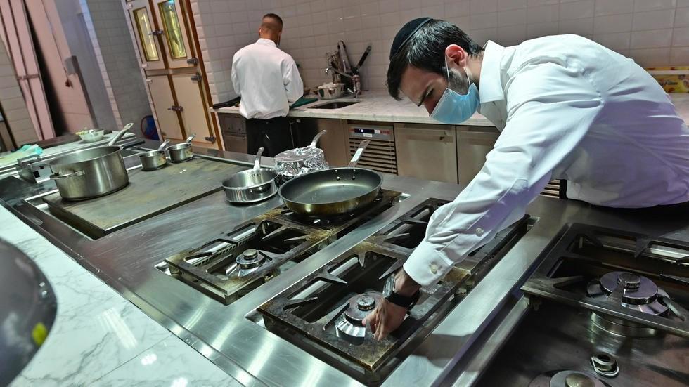 دبي يفتتح أول مطعم متوافق مع الشريعة اليهودية