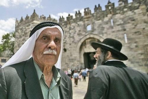 أليس الشعب الفلسطيني أحق بالتعويض، بعد أن سُرقت أرضه وممتلكاته؟