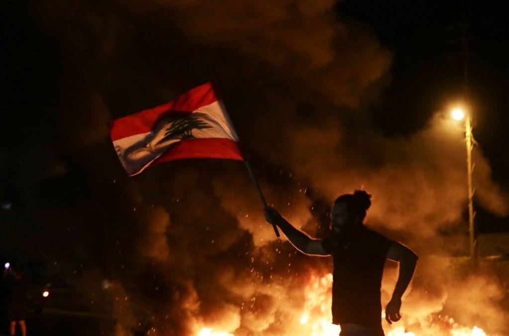 من التظاهرات التي عمّت شوارع لبنان في 17 تشرين الاول عام 2019 (أ ف ب).