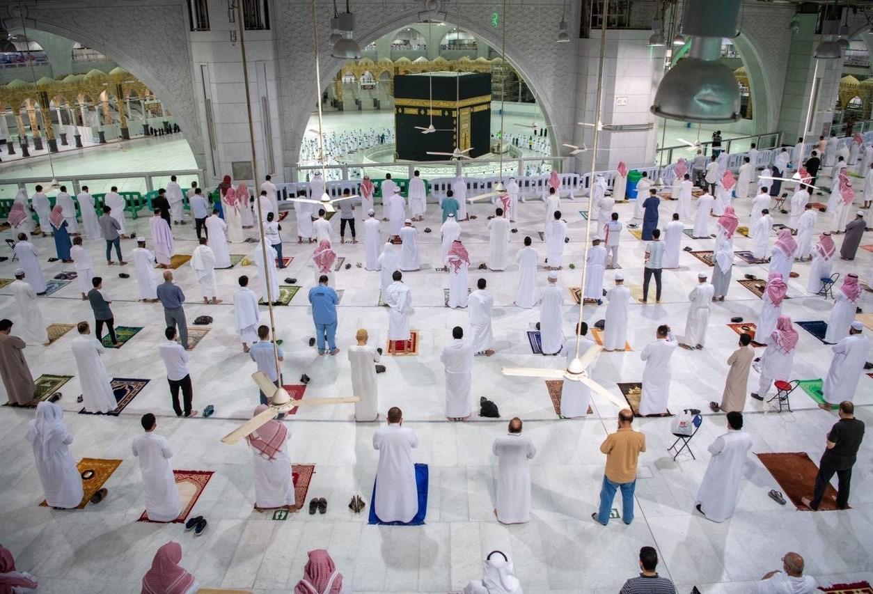 المصلون داخل المسجد الحرام بالسعودية