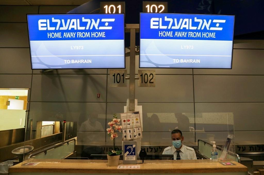 شاشات تعرض رقم رحلة طيران إلى المنامة في مطار بن غوريون (أ ف ب).