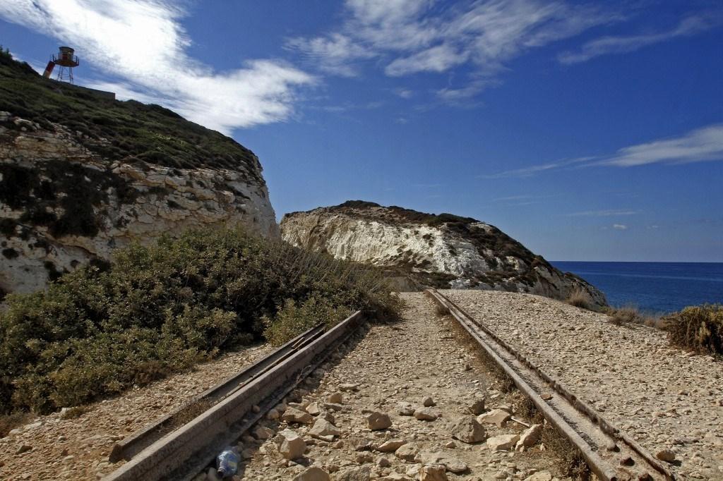 بقايا خط سكة حديد في منطقة الناقورة على الحدود مع فلسطين المحتلة (أ ف ب).
