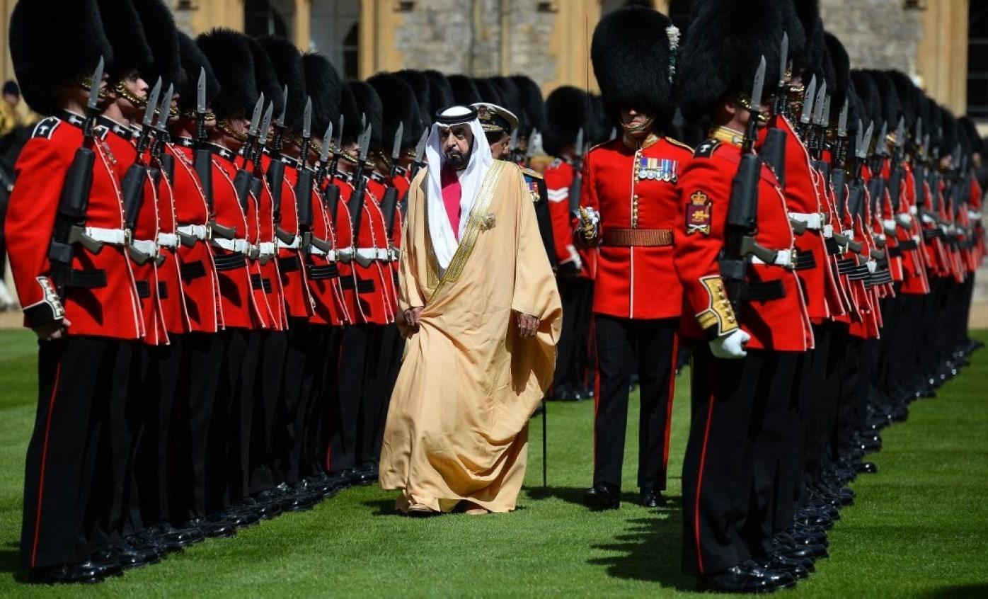 الشيخ خليفة بن زايد يستعرض حرس الشرف خلال زيارة له إلى بريطانيا في 2013.