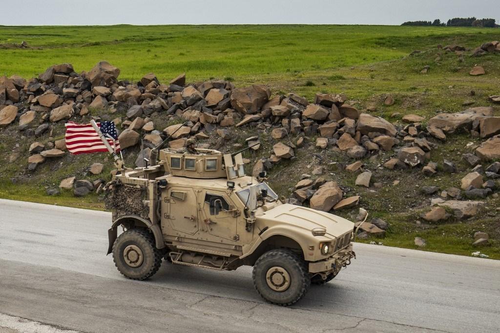 مركبة عسكرية أميركية على الطريق السريع M4 بالقرب من الحسكة في سوريا (أ ف ب).